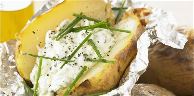 Quel est ce met composé d'une pomme de terre cuite au four dans du papier d'aluminium, puis coupée en deux et nappée de crème fraîche et de ciboulette ?