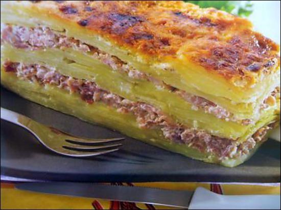 Quelle est cette recette de pommes de terres cuites au four avec du jambon, du lait et du gruyère râpé ?