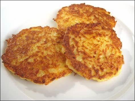 Quel est le nom de cette préparation à base de pommes de terre râpées, mélangées dans l'oeuf, la farine et des épices ?