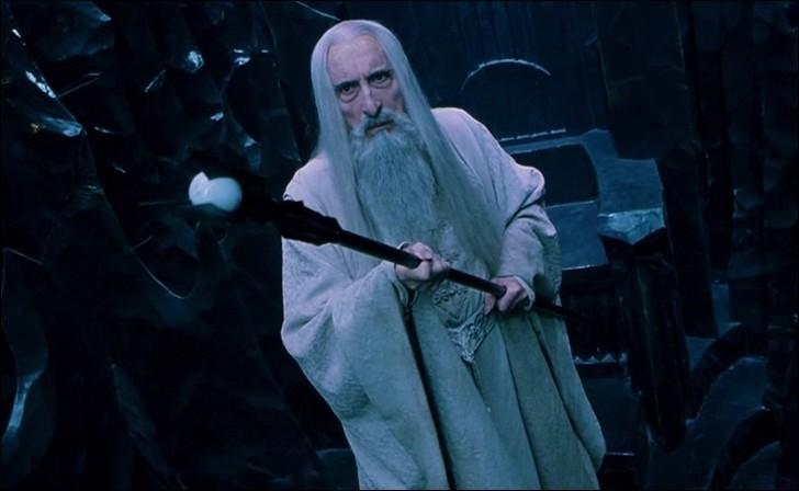 Espèce : MaiarFamille : Chef des IstariDescription : Barbe et cheveux blancs, yeux noirs et profonds À savoir : C'est le chef du conseil blanc Quel est ce personnage ?