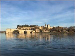 On danse sur ce pont depuis le XIIIe siècle mais on ne l'utilise pas pour passer le fleuve.