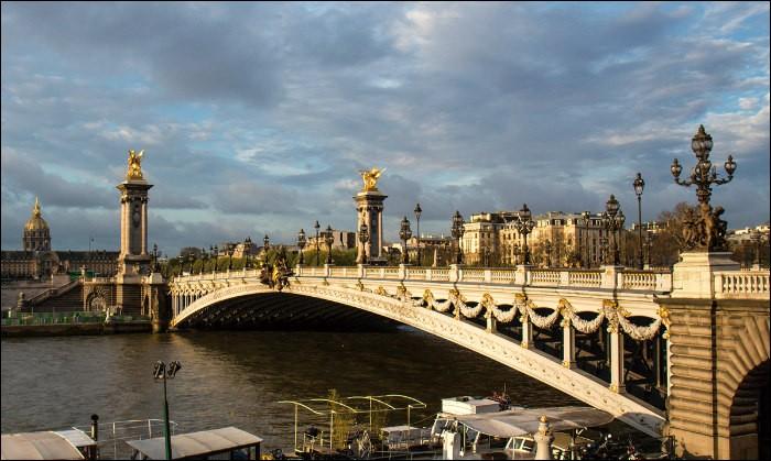 A la fois oeuvre d'art, star de cinéma et symbole de paix, ce pont parisien franchit la Seine entre le 7e et le 8e arrondissement et relie l'esplanade des Invalides à l'avenue W. Churchill.