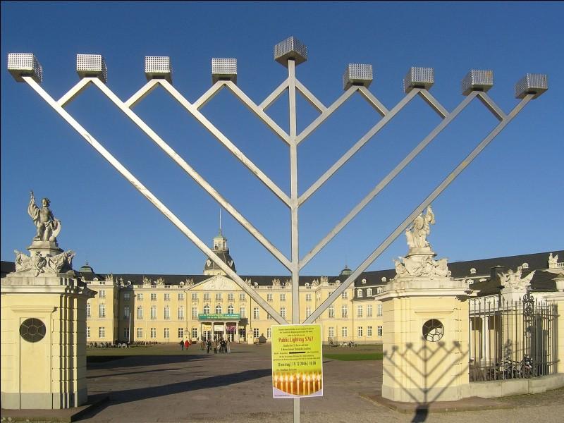 De quelle religion le chandelier à 9 branches est-il l'un des symboles ?
