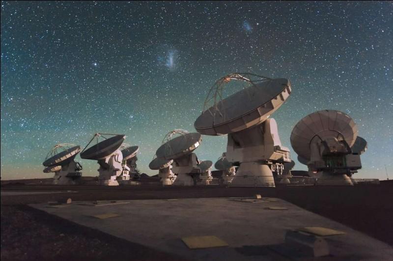 Il est très bien situé sur le plateau de Chajnantor, à 5 000 m d'altitude dans le nord du Chili. C'est un énorme réseau de 50 antennes de 12 m.Quel est cet observatoire qui permet d'effectuer des recherches transformationnelles sur la physique de l'univers froid ?