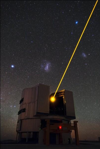 Cette photo spectaculaire montre la 4e unité télescopique du très grand télescope (VLT), tout en montrant son puissant rayon laser dirigé vers le ciel. On peut observer le grand nuage magellanique et le petit nuage magellanique, qui sont visibles à droite et à gauche du faisceau laser. L'étoile très brillante à gauche du grand nuage est Cariopus.Nommez cet observatoire qui fait partie d'ESO.