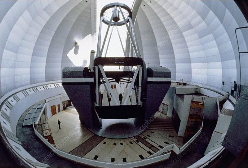 C'est un observatoire d'astrophysique sponsorisé par l'Académie des sciences de Russie : il est basé dans les monts Caucase (2070 m) . Il possède un miroir primaire de 6 m de diamètre et est abrité, comme vous voyez, dans une coupole de 48 m de diamètre.Quel est cet observatoire qui fut, de 1975 à 1993, le plus grand et qui demeure le plus grand télescope du monde à miroir fixe ?