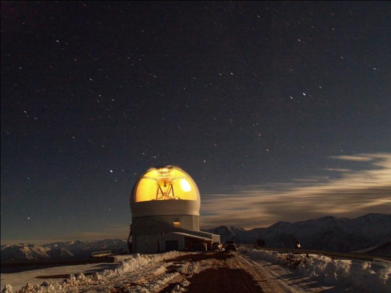 Cet observatoire se trouve au Cerro Tololo, à une altitude de 2 700 m au Chili. Il fonctionne avec un miroir de 4,1 m d'ouverture aidé d'un puissant laser ultraviolet.Nommez ''l'un des principaux moyens de recherche accessibles aux astronomes de l'hémisphère sud. Il produit la meilleure qualité d'image''.