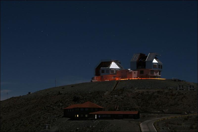 Ces 2 observatoires jumeaux de 6,5 m de diamètre, se trouvent à 2300 m d'altitude, dans la Cordillère des Andes au Chili, pays exceptionnel pour l'astronomie. Ils sont gérés par la fondation de recherche de la Carnegie Institution de Washington et l'on est à compléter la construction d'un plus grand qui sera constitué de 7 miroirs primaires de 8,4 m.Cochez l'endroit approprié svp.