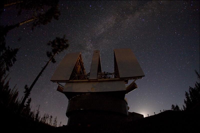 On a installé sur le Mont Graham en Arizona, ce grand observatoire composé de 2 miroirs d'un diamètre de 8,40m, disposés côte-à-côte comme pour des jumelles : on y obtient un accroissement de sensibilité ce qui alloue une haute résolution d'objets faiblement brillants.Quel est ce télescope qui est plus précis que le télescope spatial Hubble ?