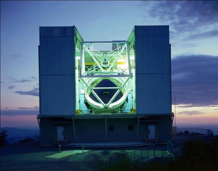 Il a été érigé sur le Mount Hopkins en Arizona à 2616 m d'altitude et équipé d'un miroir diamètre 6,5 m. C'est un observatoire de la société ''Smithsonian Institution'' en collaboration avec l'Université de l'Arizona.Quel est cet observatoire dont le concept aux miroirs multiples en faisait autrefois un des plus performant ?