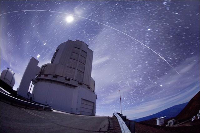 Cet observatoire est installé à 4139 m sur le sommet d'un volcan éteint à Mauna Kea, sur l'île d'Hawaii. C'est l'un des plus larges avec son miroir optique et infrarouge de 8,2 m de diamètre. Nommez cet observatoire astronomique japonais, qui à cause de sa haute altitude, de l'air sec et stable, échappe à la plupart des perturbations de l'atmosphère terrestre.