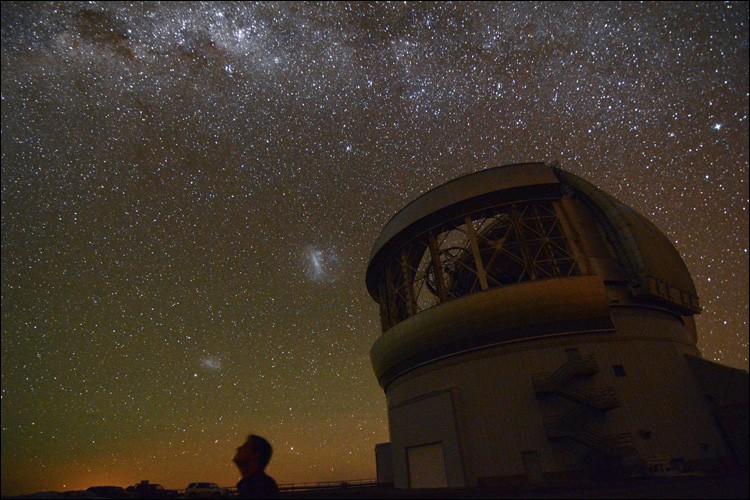 Ce sont 2 télescopes optiques / infrarouges de 8,1 m de diamètre : leur emplacement respectif se situe sur les montagnes d'Hawaï et du Chili. Ils peuvent ''collectivement'' accéder à l'ensemble du ciel. Il s'agit d'un partenariat entre 6 pays, les USA, le Canada, le Chili, le Brésil, l'Argentine et la Corée. Nommez ces gémeaux où tous les astronomes de ces pays peuvent faire une demande de temps.