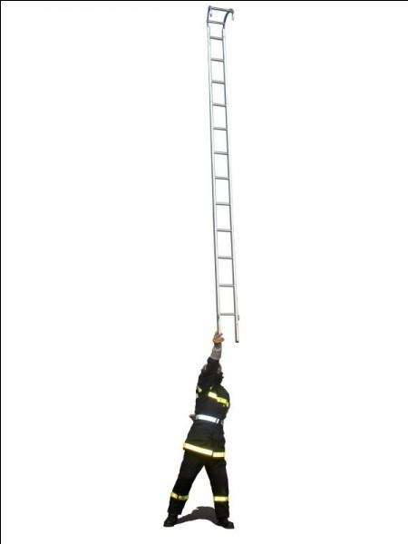 Au bout de son bras, ce pompier soulève une échelle...