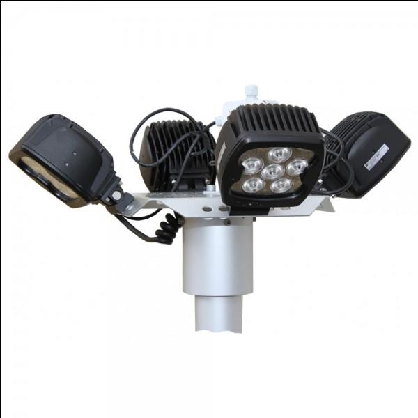 Ce mât télescopique permet d'éclairer une zone d'intervention dans...