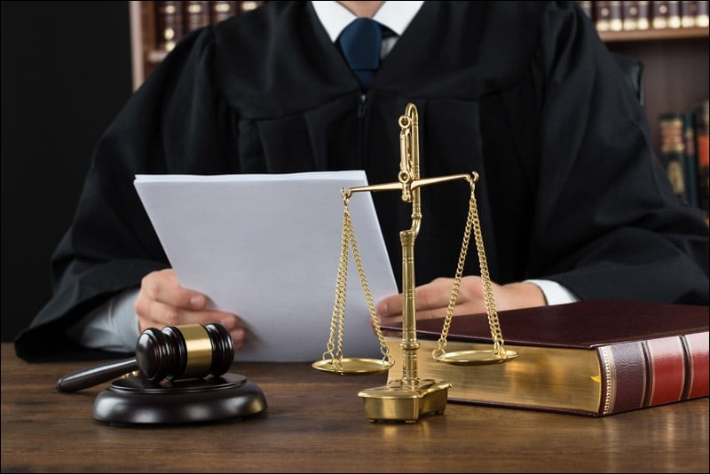 Lorsqu'un avocat défend un client verbalement au tribunal, on dit qu'il fait sa ...