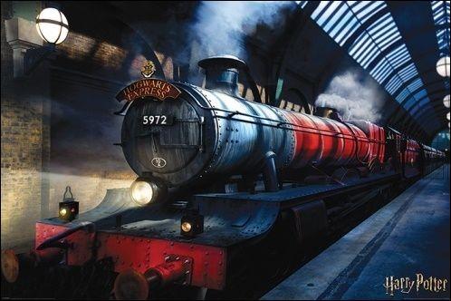 Le Poudlard Express est un train qui se trouve au quai...