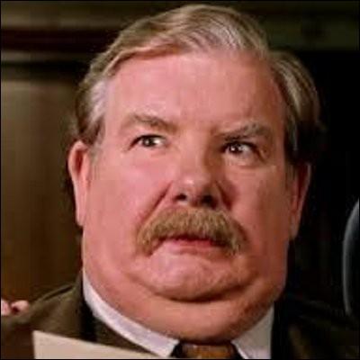 D'ailleurs, quelle est la réaction de Vernon Dursley lorsqu'il apprend qu'Harry doit aller à la gare ?