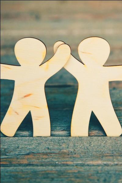 """Dans un dictionnaire, le mot """"amitié"""" se situe entre le mot """"aimable"""" et le mot """"amabilité""""."""