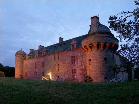 Le château de Kergroadez se situe dans le département des Côtes-d'Armor (22).