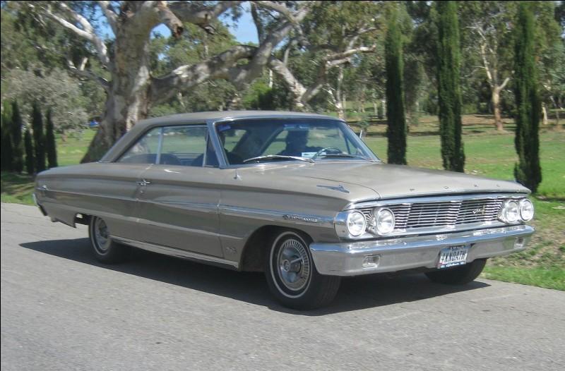 Rendons-nous aux États-Unis et allons voir cette énorme auto. Si on lève les yeux, on peut trouver son nom. Comment la nomme-t-on ?