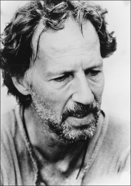Ce cinéaste allemand, attiré par la démesure et l'irrationnel, a notamment réalisé 'L'Enigme de Kasper Hauser'. Comment s'appelle-t-il ?