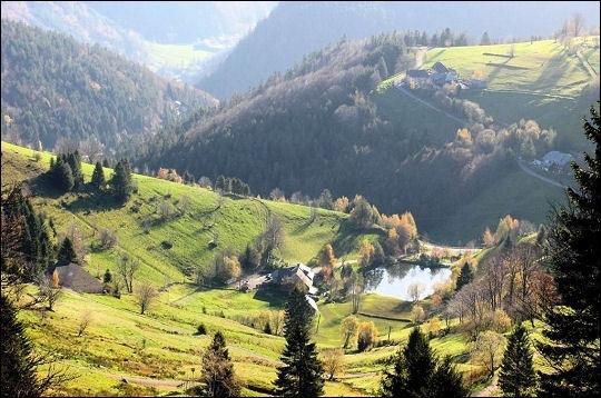 Comment s'appelle ce célèbre massif montagneux du sud-ouest du pays situé dans le land du Bade-Wurtemberg ?