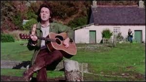 Paul McCartney chante ''Mull of Kintyre'' accompagné du groupe qu'il a fondé après la séparation des Beatles. Quel est son nom ?