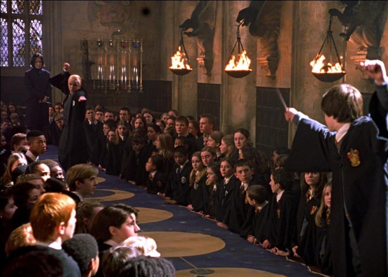 Lors du club de duel, dans le film, quel sortilège est utilisé par Drago Malefoy pour projeter Harry en arrière ?