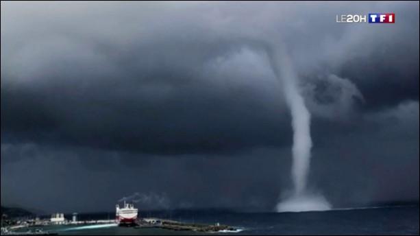 Tu vois qu'il pleut beaucoup sur l'île et, soudain, tu vois une grosse tornade ! Que fais tu ?