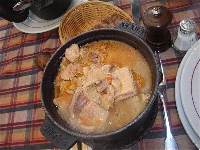 Comment s'appelle ce plat de tripes dans lequel les ingrédients principaux sont la panse, le feuillet, le bonnet, la caillette et un pied de bœuf ?