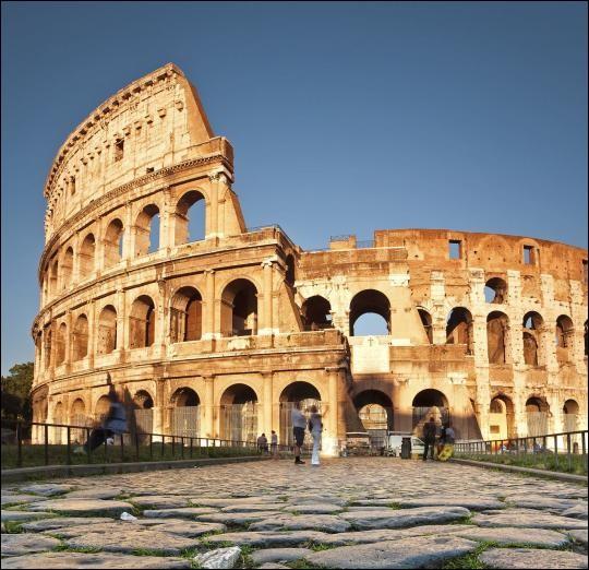 Histoire - En terme de capacité, à quel stade actuel le Colisée est-il comparable ?