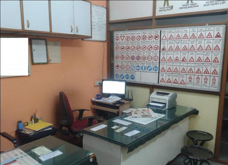 Le responsable de l'entreprise est à son bureau et reçoit les nouveaux clients pour leur présenter les différentes formules. Quel est le premier panneau de signalisation, sur le grand tableau ?