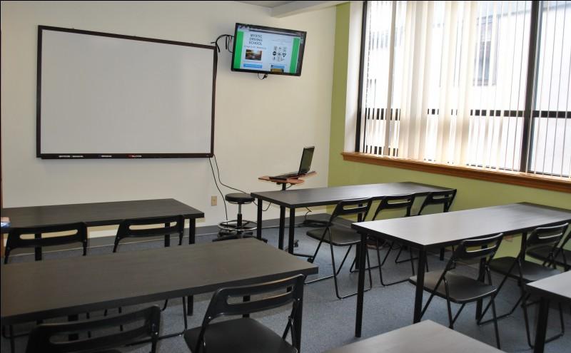 Un moniteur d'auto-école fait cours pour les élèves dans cette salle de...