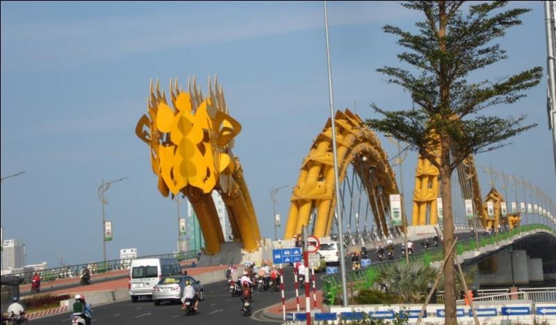 Dans quelle ville du Vietnam, ce pont en forme de serpent jaune est-il construit ?
