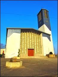Nous sommes dans le Grand-Est devant l'église Saint-Martin de Rémilly. Ville de l'arrondissement de Metz, sur la rive gauche de la Nied française, elle se situe dans le département ...
