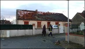 Comme vous le voyez sur cette maison, le vent violent a causé de gros ...