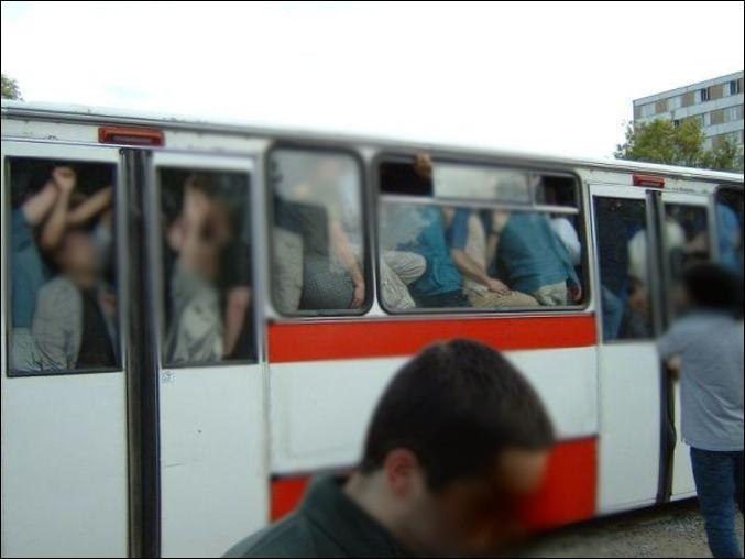 Tu attends ton bus à un arrêt. Quand celui-ci fait son apparition, il est plein. Le chauffeur t'informe qu'il ne prend plus de passagers, il faut que tu patientes pour la ligne suivante, dans 30 minutes. La nuit commence à tomber, tu es lessivé. Quel est ton niveau de colère ?