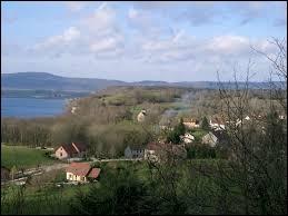 Nous sommes à présent en Bourgogne-Franche-Comté, à Fontenu. Petit village de 71 habitants surplombant le lac de Chalain, dans l'arrondissement de Lons-le-Saunier, il se situe dans le département ...