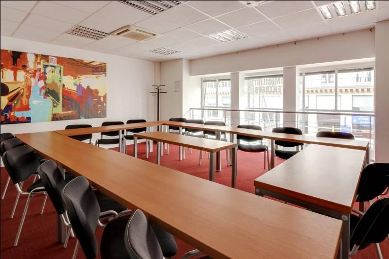 Ceci est une salle de réunion. Parmi les choix suivants, qui est habilité dans l'établissement à y assister ?