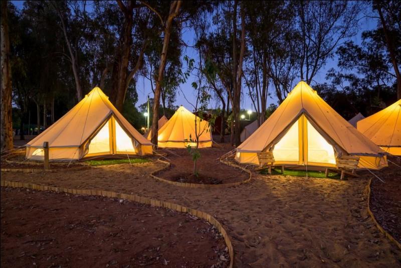 Pas de dortoir chez nous, les vacanciers et adultes dorment tous dans des tentes ! Comment s'appelle cette pratique ?