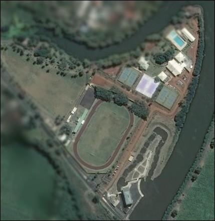 Ici, de nombreuses activités physiques sont proposées. Sport de combat, natation, tennis, foot et même le canoë- kayak ! Dans quelle ville de la Réunion se situe ce complexe sportif ?