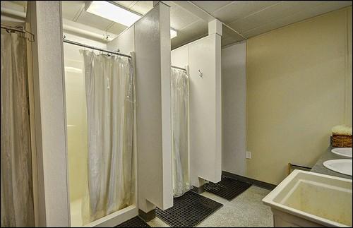 Quant aux douches, nous en avons trois, deux pour les jeunes et une pour les adultes. Combien de douches y a-t-il en tout ?