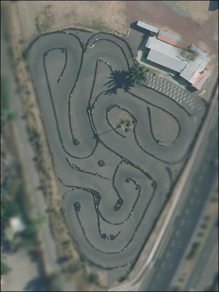 Sur ce circuit, les jeunes peuvent se prendre pour de véritables pilotes grâce au karting ! Quelle image correspond à un kart ?