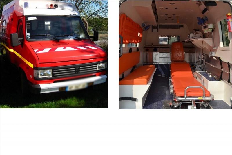 Cette ambulance appartenait aux pompiers français, il y a quelques années. Elle sert à l'infirmier pour se déplacer sur l'ensemble de la colonie pour apporter les premiers soins. De quelle marque est le fourgon ?