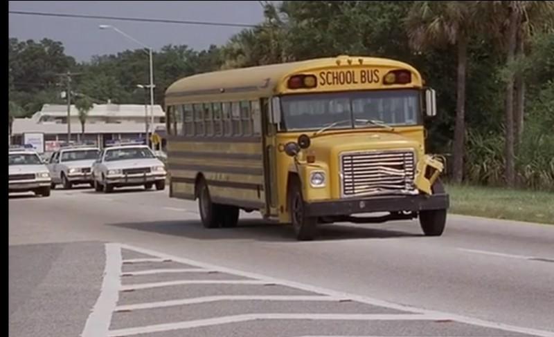 L'établissement en possède trois, pour transporter les jeunes lors de sortie à l'extérieur. Rassurez-vous, les nôtres sont neufs ! Dans quel film ce bus apparaît-il ici ?