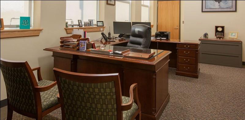Le directeur des lieux siège ici. Combien voyez-vous d'écrans dans cette pièce ?