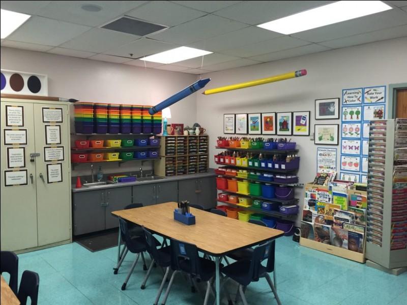 Passons dès à présent dans les autres pièces. Cette salle permet à un groupe de jeunes et adultes de faire des dessins par exemple. Comment s'appelle le crayon de couleur jaune au plafond ?