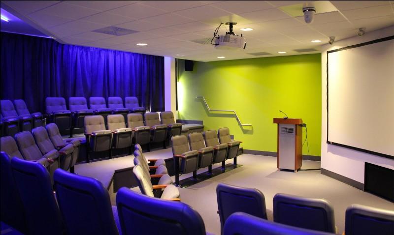 Après avoir fait les différents montages de leur film, ils sont visionnés dans la salle de projection. Quel est cet objet de couleur blanche sur le plafond, en forme de carré ?