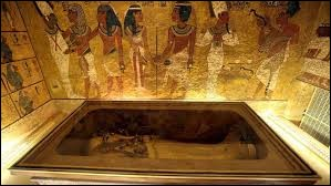 C'est dans la vallée des Dieux que le tombeau du pharaon Toutânkhamon a été découvert par Howard Carter en 1922.