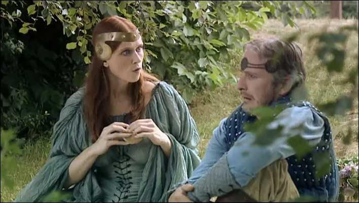 """Dans l'épisode """"La Romance de Perceval"""" qu'est-ce qu'Angharade a envie de jeter dans l'eau ?"""